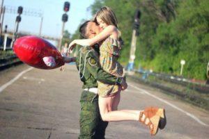 Солдат с девушкой